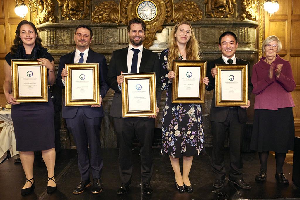 Mottagarna av priset uppradade med de inramade diplomen framför sig.